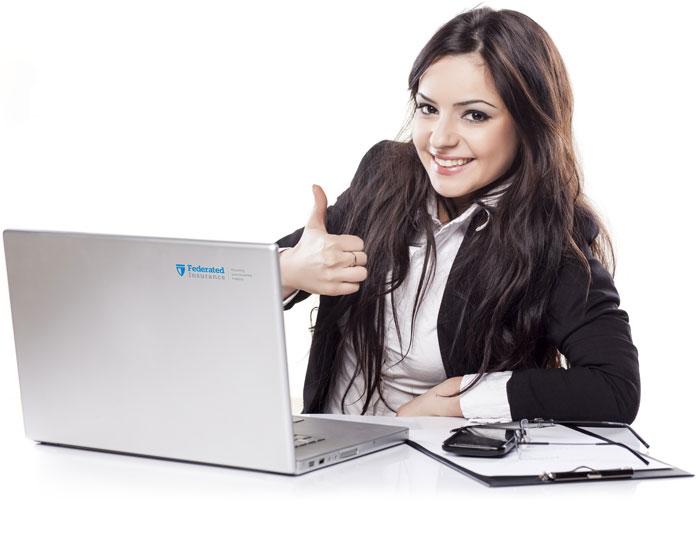Photo d'une employée des Assurances Federated souriant et levant le pouce.