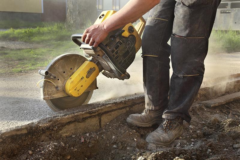 Photo d'un travailleur de la construction utilisant un outil électrique.