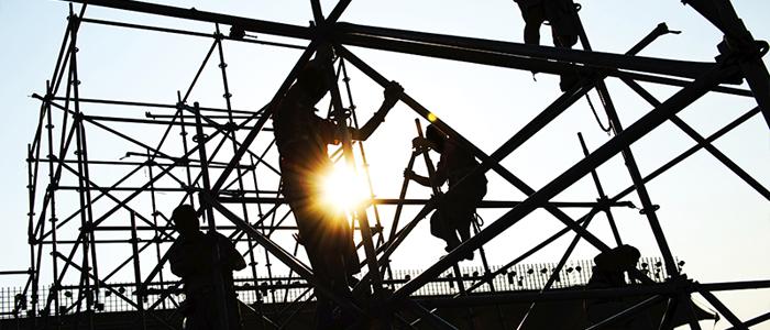 Photo de travailleurs de la construction travaillant en hauteur dans un immeuble.