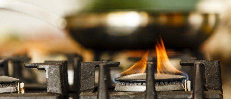 Photo rapprochée de la flamme d'une cuisinière au gaz.