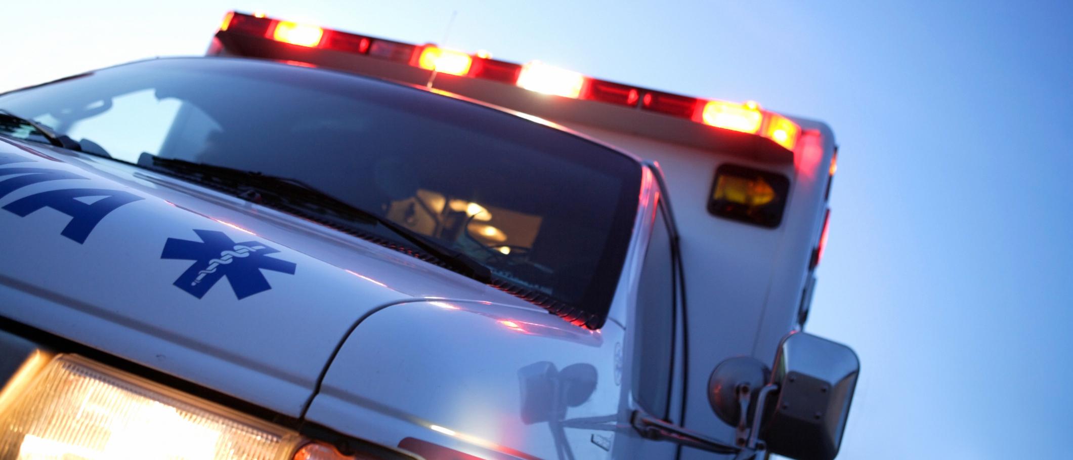 Photo d'une ambulance dont les gyrophares sont activés.