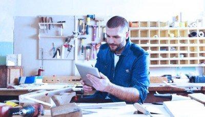 Photo d'un entrepreneur utilisant sa tablette électronique.