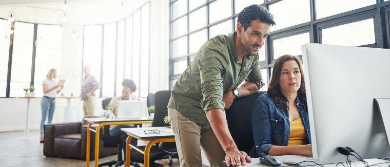 Photo d'un employeur formant son employé sur la façon de se protéger contre les cyberattaques.