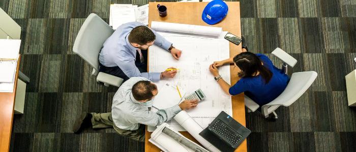Équipe de petites entreprises créant ensemble un plan de continuité